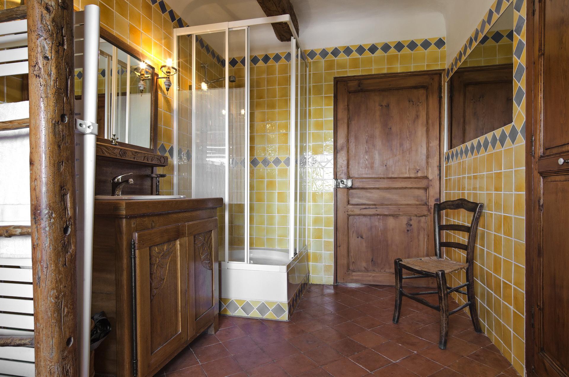 Fontaine Neuve gites et chambres d'hôtes à Lure : la sdb commune aux chambres bleu et rouge