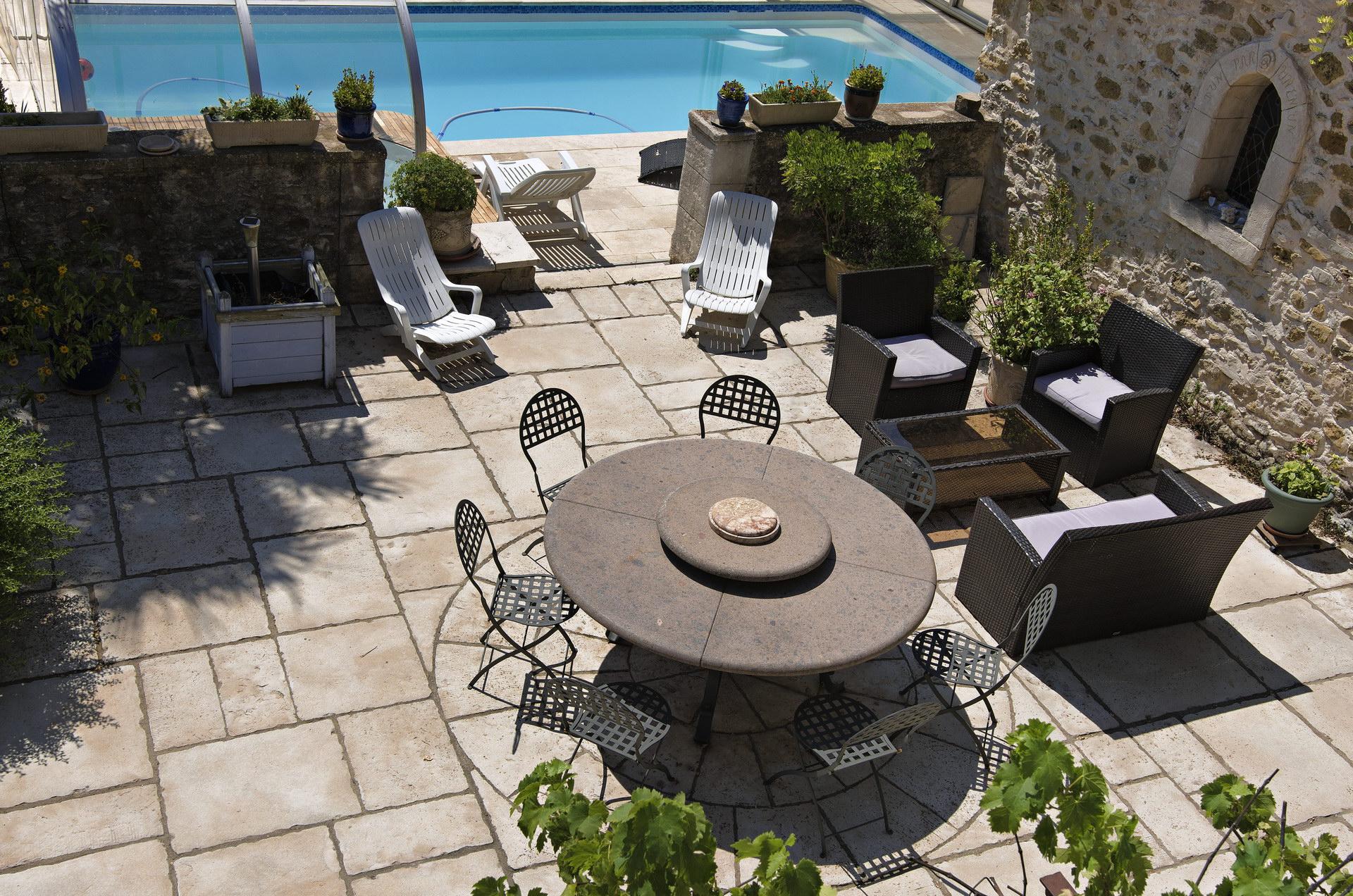 Fontaine Neuve gites et chambres d'hôtes à Lure : espace petit-déjeuner au bord de la piscine