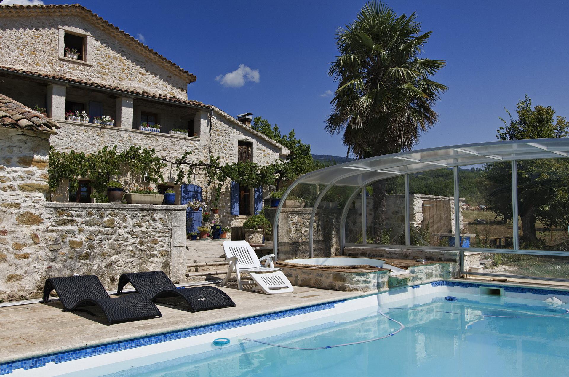 Fontaine Neuve gites et chambres d'hôtes à Lure : piscine et jacuzzi