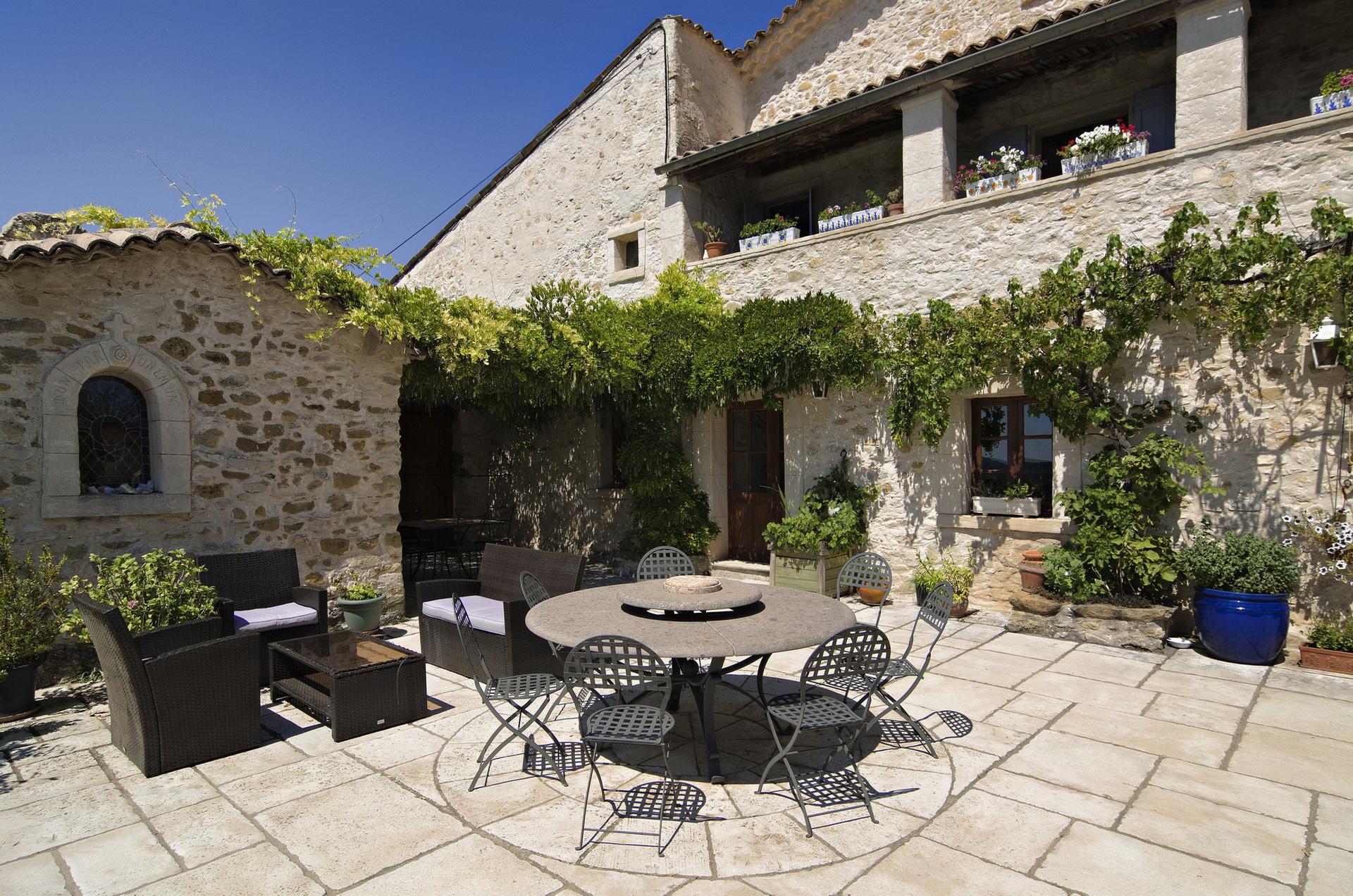 Fontaine Neuve gites et chambres d'hôtes à Lure : la grande terrasse ensoleillée
