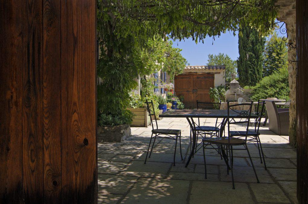 Fontaine Neuve gites et chambres d'hôtes à Lure : terrasse ombragée sous pergola
